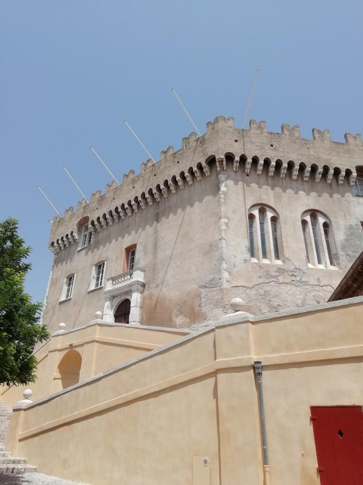 Château de Cagnes-sur-Mer dominant la ville