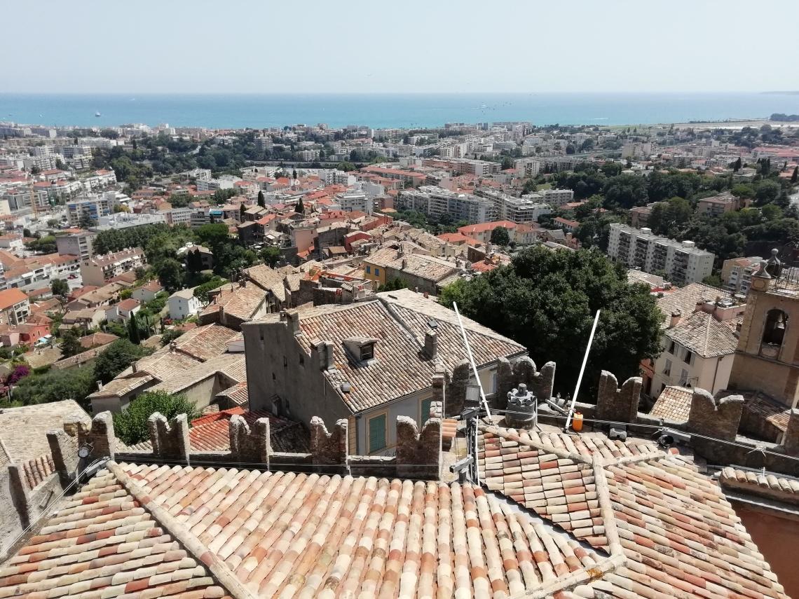 Vue du château de Cagnes-sur-Mer panoramique sur la mer