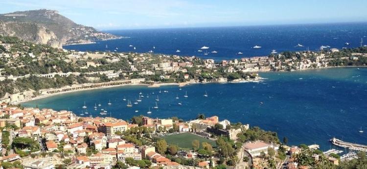 Magnifique vue de Villefranche sur mer avec un beau ciel bleu et une mer magnifique